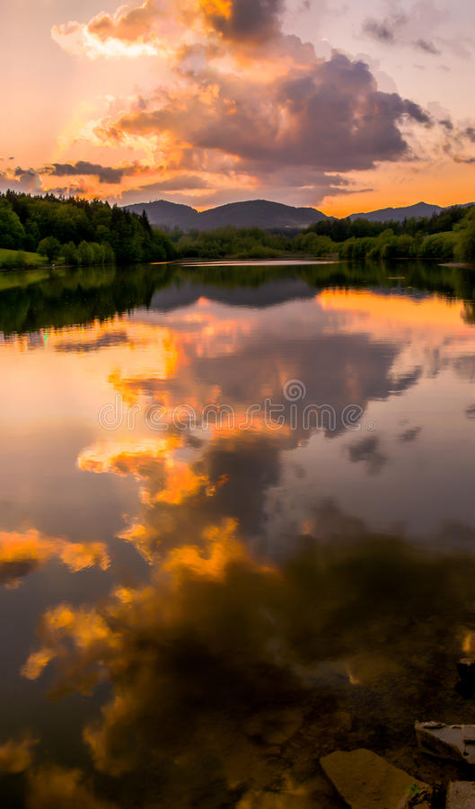 Reflexão colorida no lago fotografia de stock royalty free