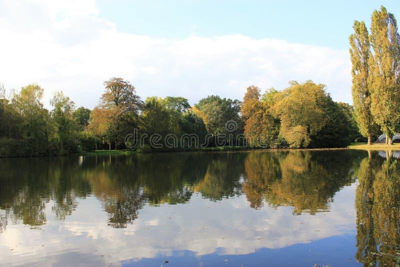 A reflexão da água mim fotografia de stock royalty free
