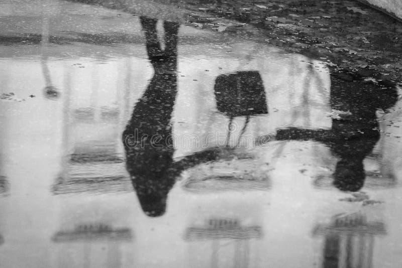 Reflexão da água na fonte da cidade fotos de stock royalty free