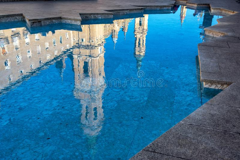 Reflexão da basílica de Zaragoza imagem de stock