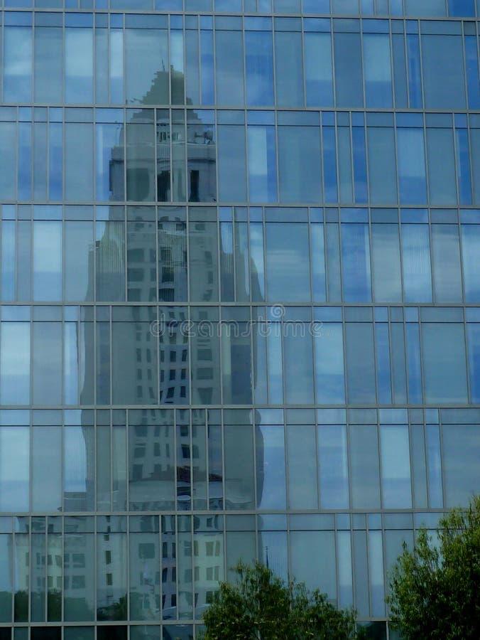 Reflexão da câmara municipal em Los Angeles do centro imagem de stock