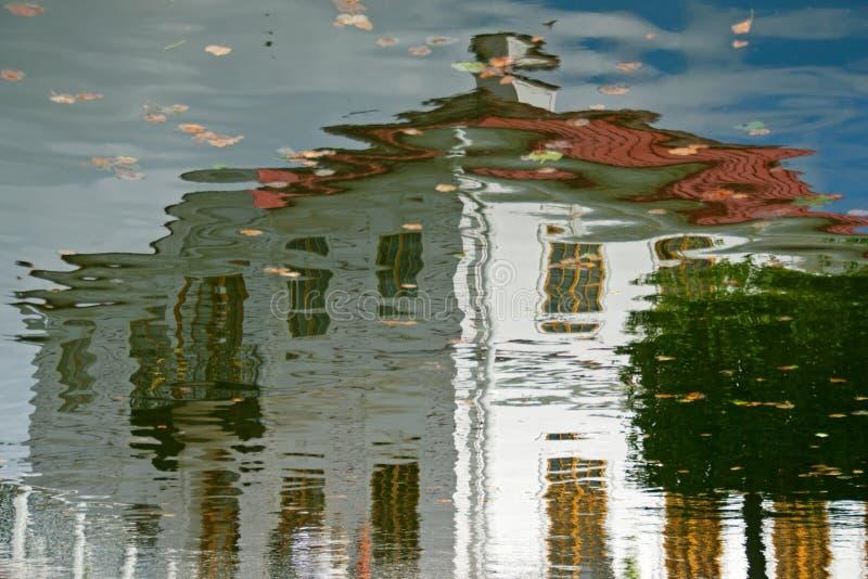 Reflexão da casa imagens de stock