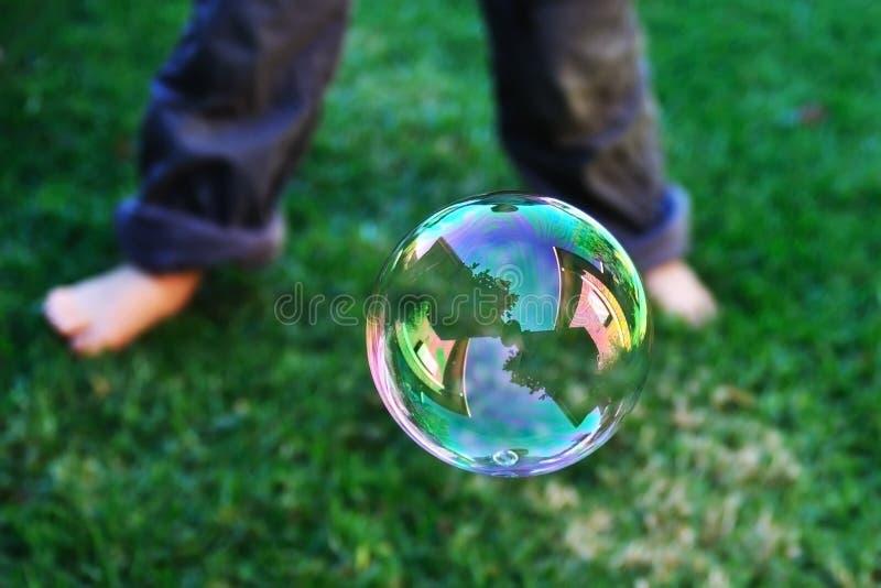 Reflexão da casa na bolha de sabão imagem de stock