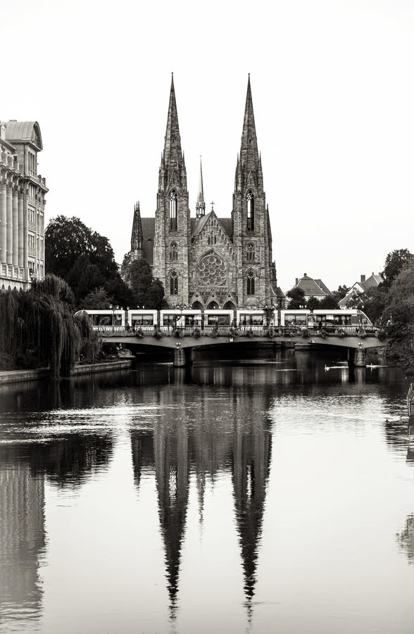 Reflexão da catedral na água do rio, Strasbourg imagem de stock