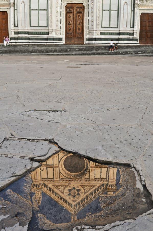 Reflexão da catedral (Santa Croce) em Florença imagem de stock royalty free
