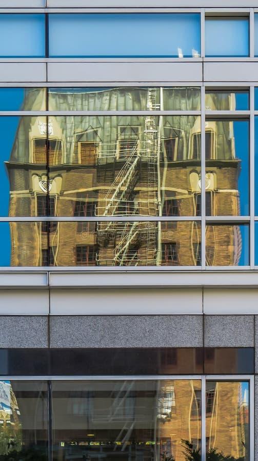 Reflexão da construção de tijolo velha do arranha-céus em alto-Ri moderno novo imagem de stock