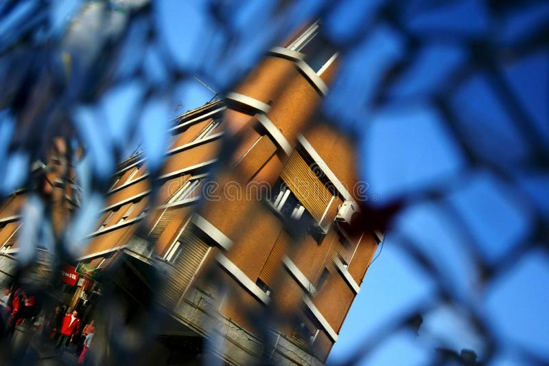 Reflexão da construção no espelho fotografia de stock royalty free