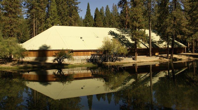 Reflexão da construção no lago foto de stock