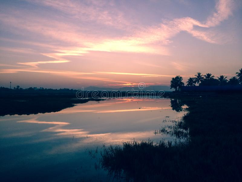 Reflexão da cor da manhã no rio fotografia de stock