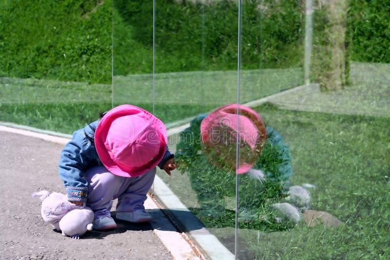 Reflexão da criança imagem de stock