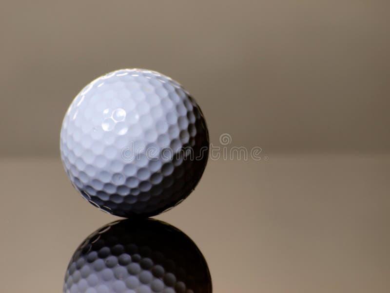 Reflexão da esfera de golfe fotografia de stock