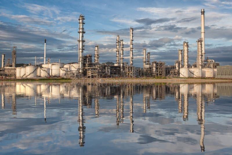 Reflexão da fábrica da refinaria de petróleo imagem de stock royalty free