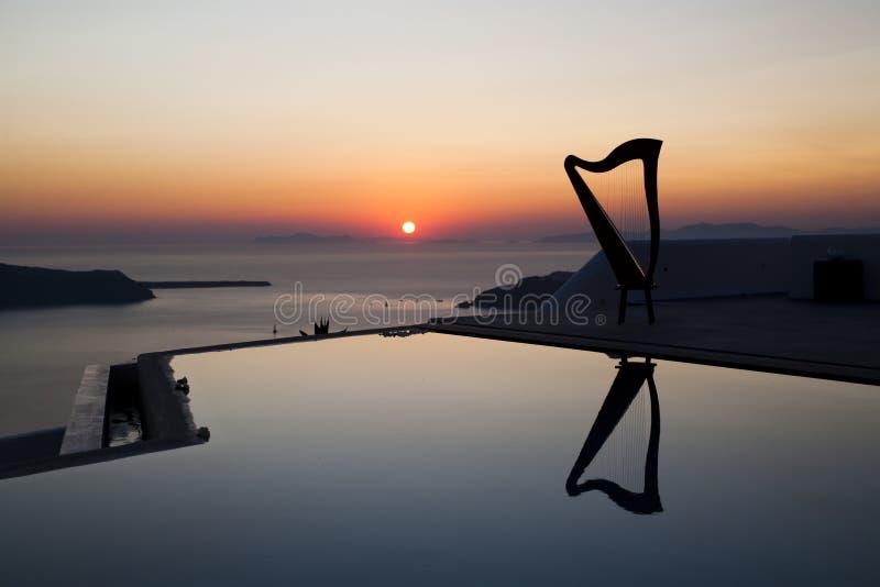 Reflexão da harpa no por do sol foto de stock royalty free