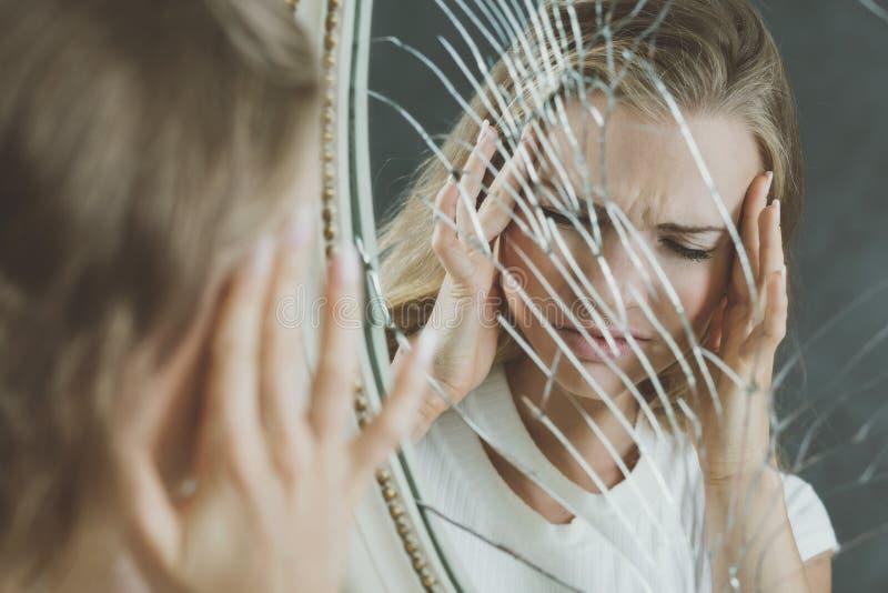 Reflexão da menina em espelho quebrado fotos de stock