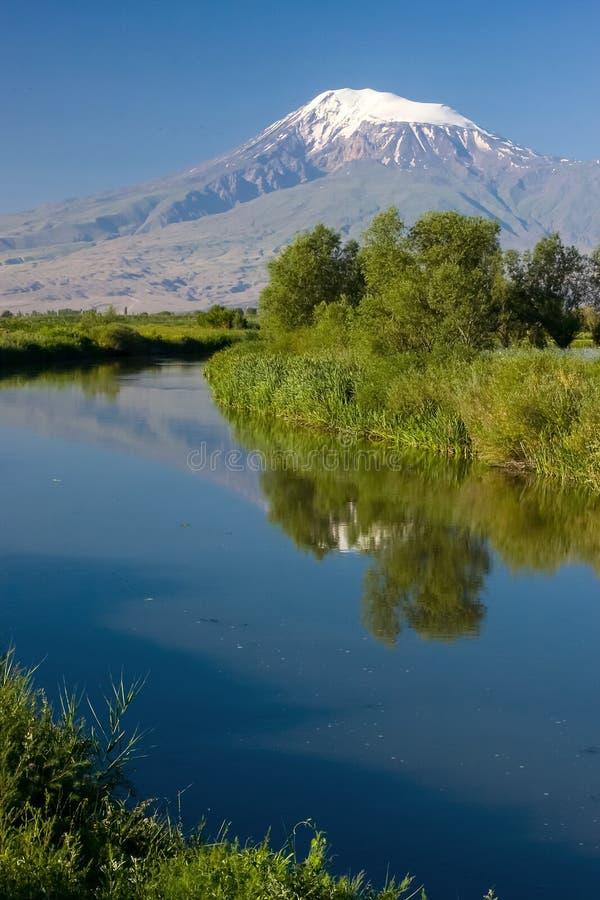 Reflexão da montagem de Ararat e do céu azul em Sev Jur Ri fotos de stock