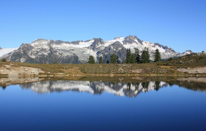 Download Reflexão da montanha foto de stock. Imagem de aventura - 65578346