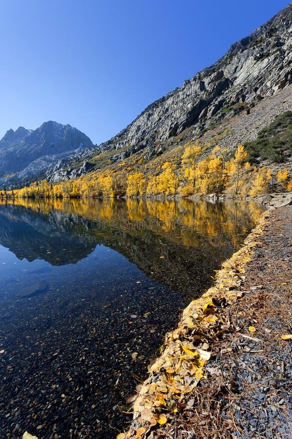 Reflexão da montanha Autumn Colors imagens de stock royalty free