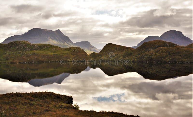 Reflexão da montanha em montanhas escocesas foto de stock royalty free