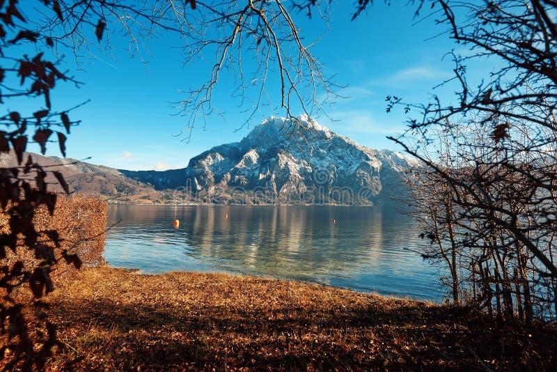 Reflexão da montanha na água com céu foto de stock royalty free