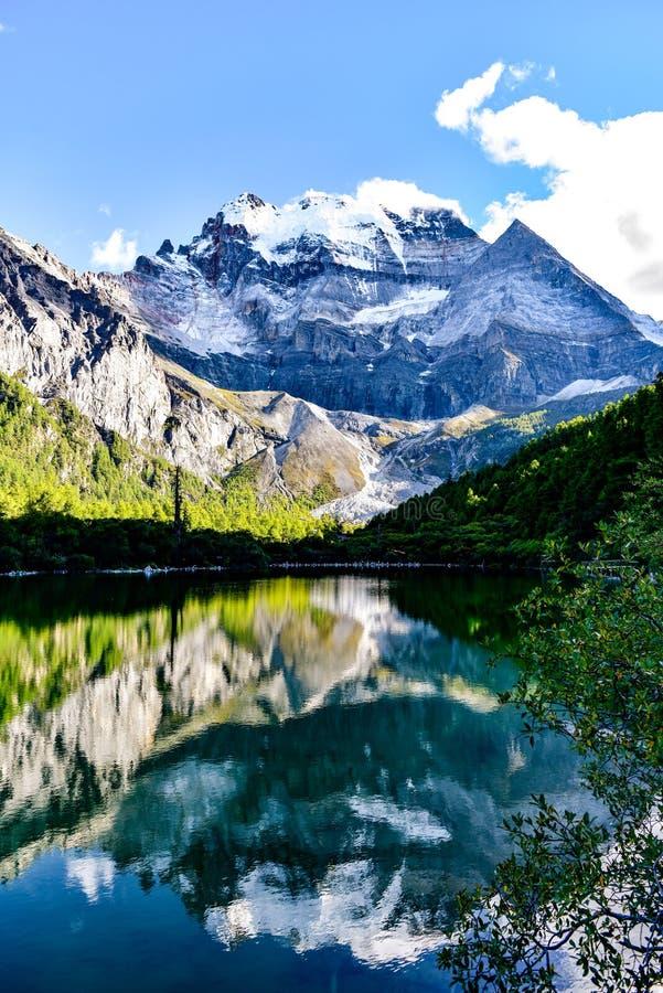 A reflexão da montanha santamente imagens de stock