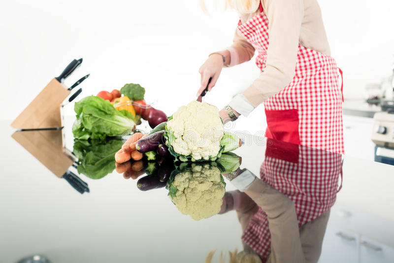 Reflexão da mulher asiática que cozinha o alimento fotografia de stock