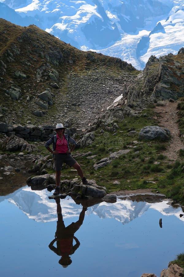 Reflexão da mulher e do Mont Blanc fotos de stock royalty free