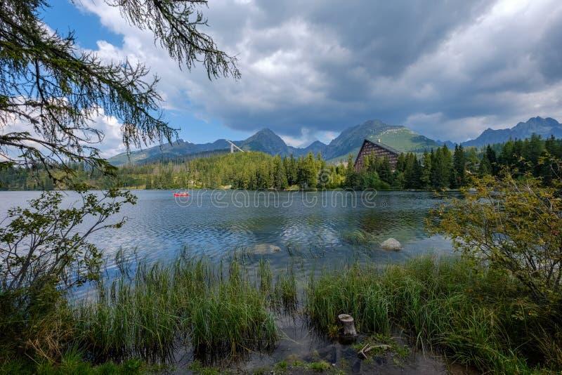 reflexão da natureza do outono no lago de Strbske Pleso em Eslováquia foto de stock royalty free