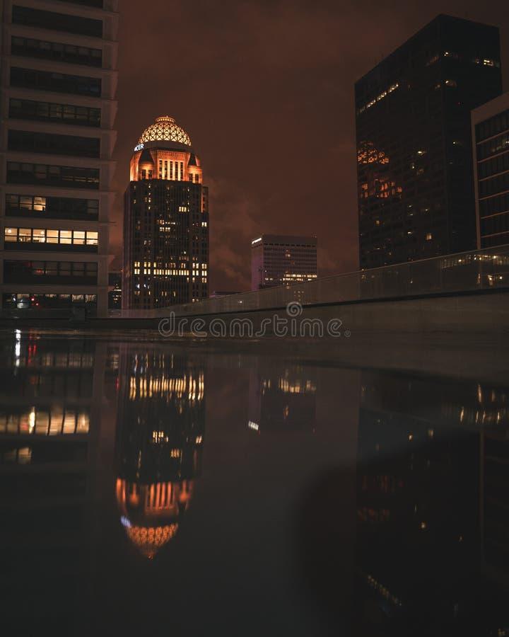 Reflexão da noite da cidade fotos de stock royalty free