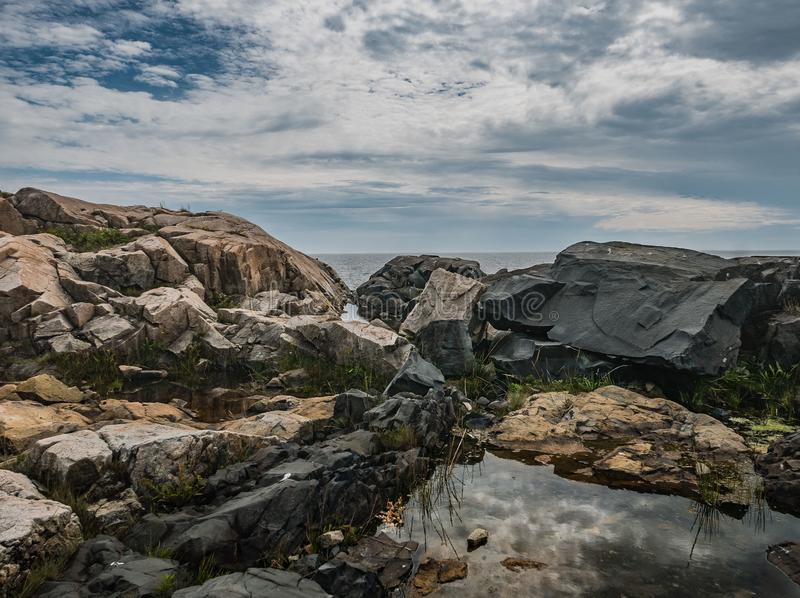 Reflexão da nuvem na associação da maré, ponto de Schoodic imagens de stock