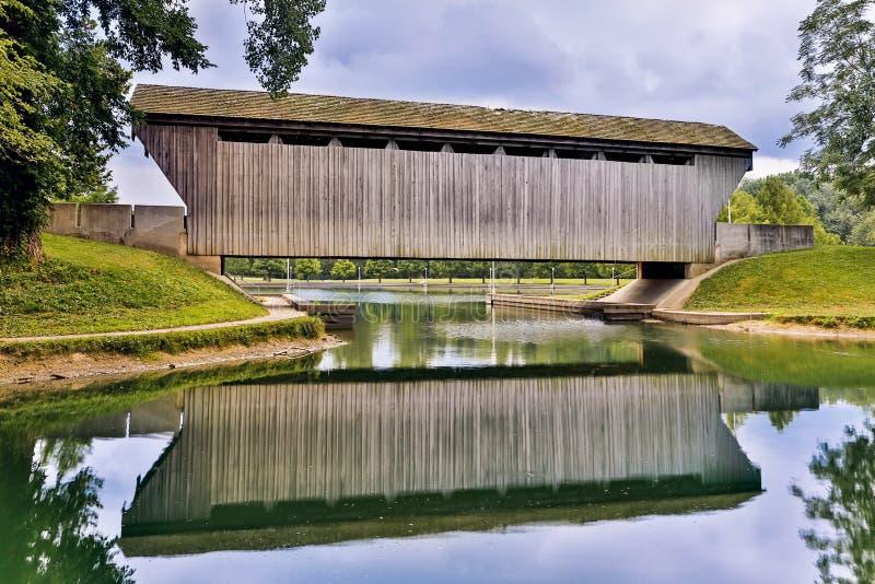 Reflexão da ponte coberta de Brownsville foto de stock royalty free