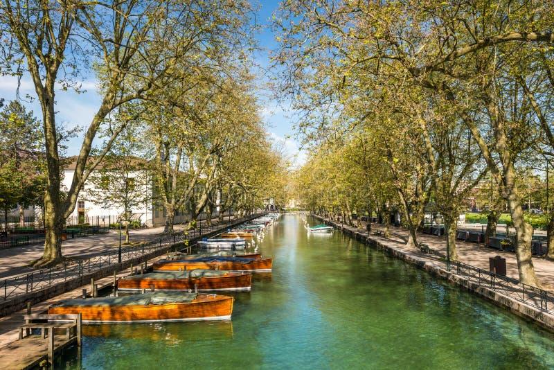 Reflexão da ponte dos casos amoroso do DES de Pont do amor em Annecy, França fotos de stock
