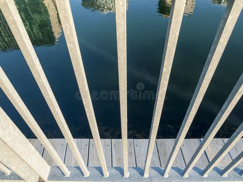 Reflexão da skyline através dos trilhos imagens de stock royalty free