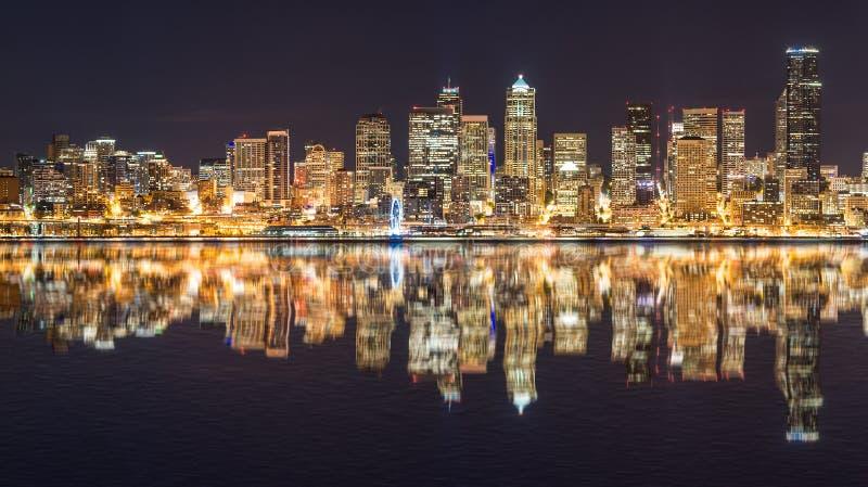 Reflexão da skyline de Seattle imagem de stock