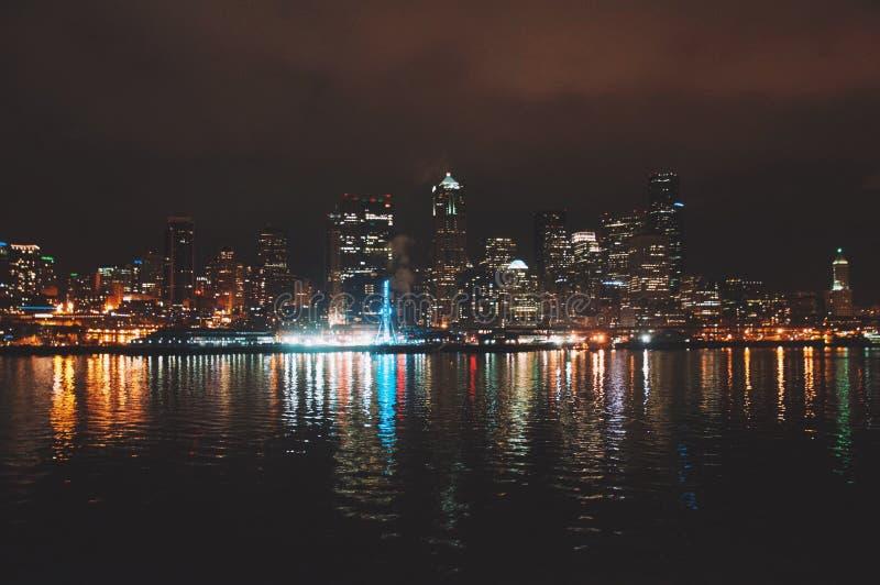 Reflexão da skyline de Seattle imagens de stock