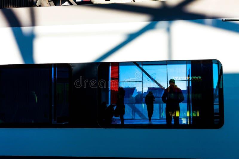 Reflexão da sombra humana na janela do trem Reflexão humana na janela imagens de stock royalty free