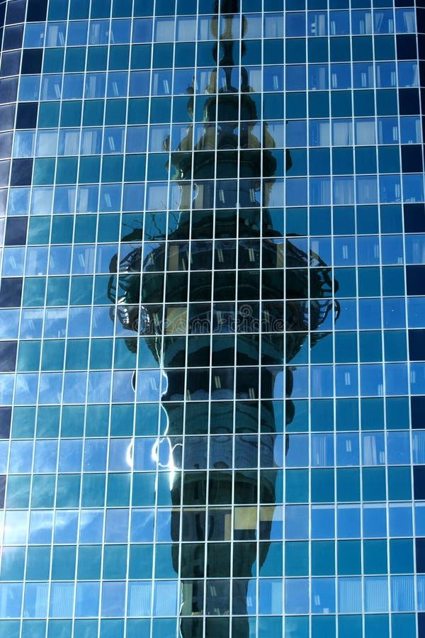 Reflexão da torre imagem de stock
