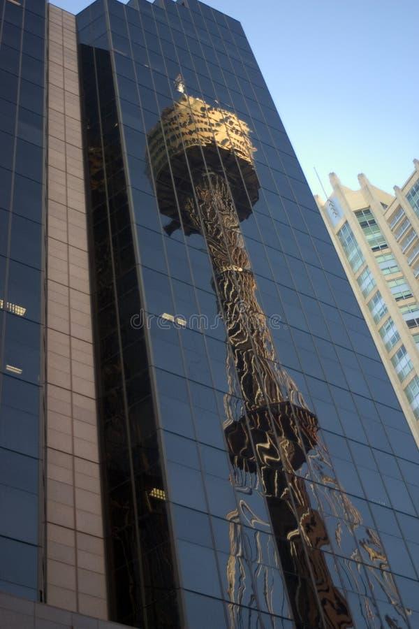 Reflexão da torre de Sydney imagens de stock