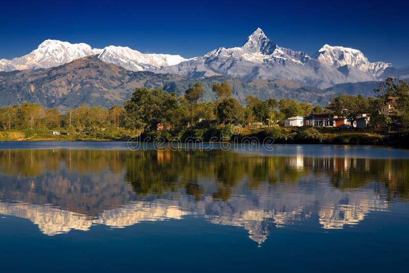 Reflexão das montanhas imagem de stock
