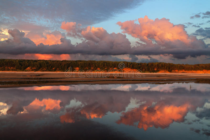 Reflexão das nuvens fotografia de stock royalty free
