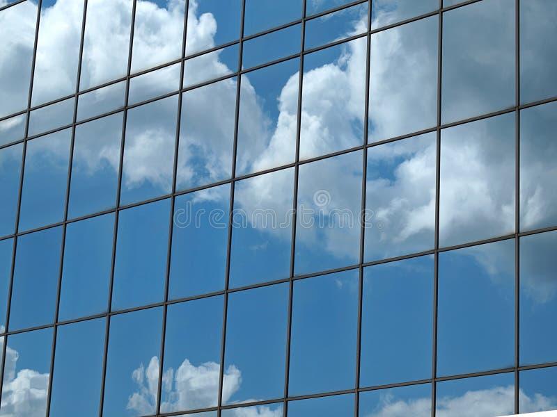 Reflexão das nuvens no bloco de escritório moderno Windows imagens de stock royalty free