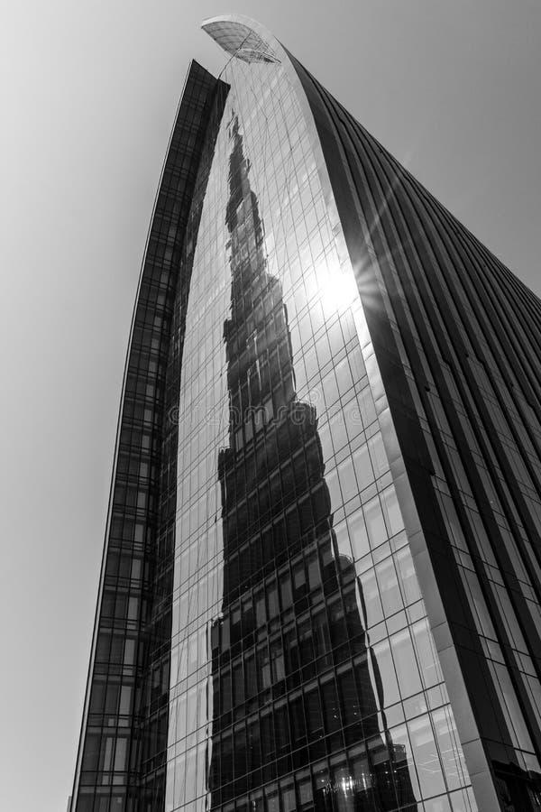 Reflexão de Burj Khalifa na plaza do bulevar de Emaar fotos de stock
