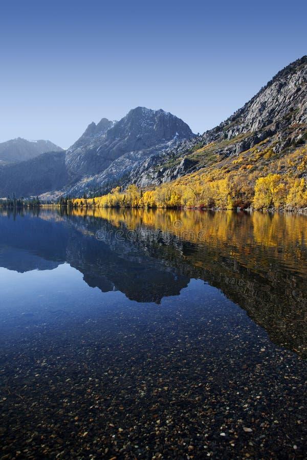 Reflexão de cores do outono da montanha fotos de stock royalty free