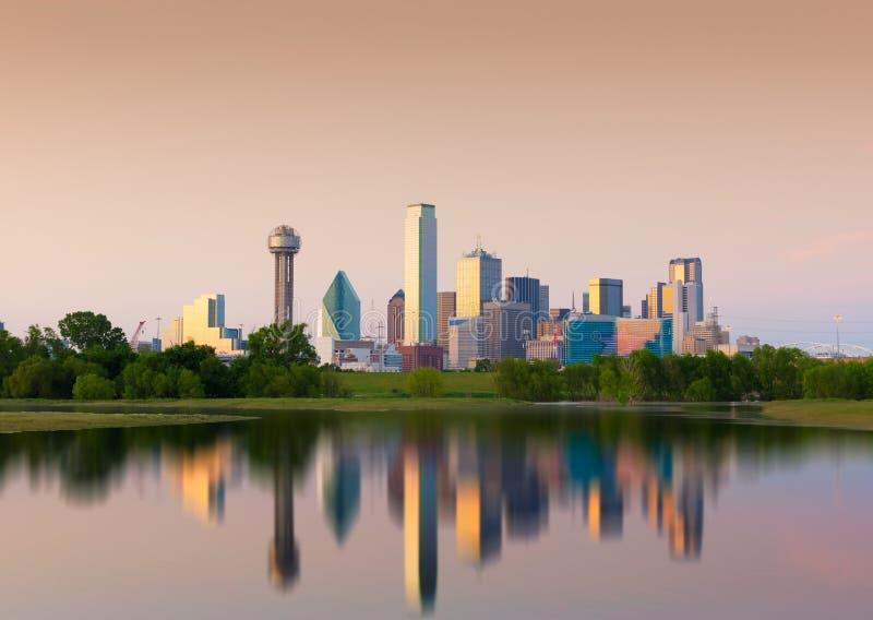 Reflexão de Dallas City do centro, Texas, EUA imagem de stock