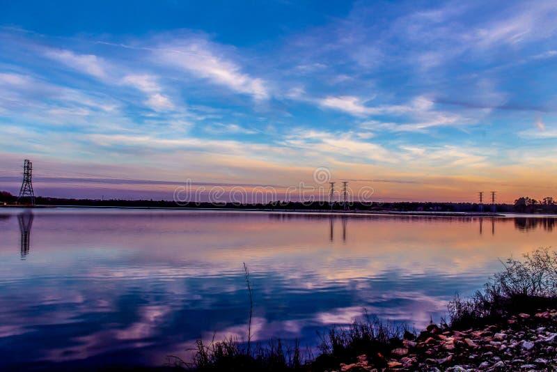 Reflexão de espelho do por do sol no lago fotografia de stock royalty free