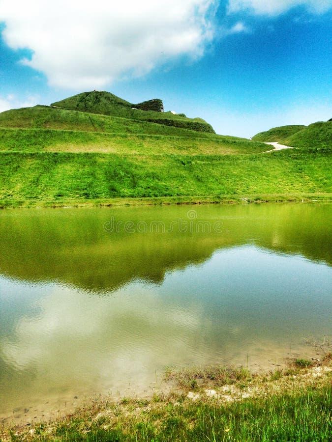 Reflexão de Northumberlandia na água fotografia de stock royalty free