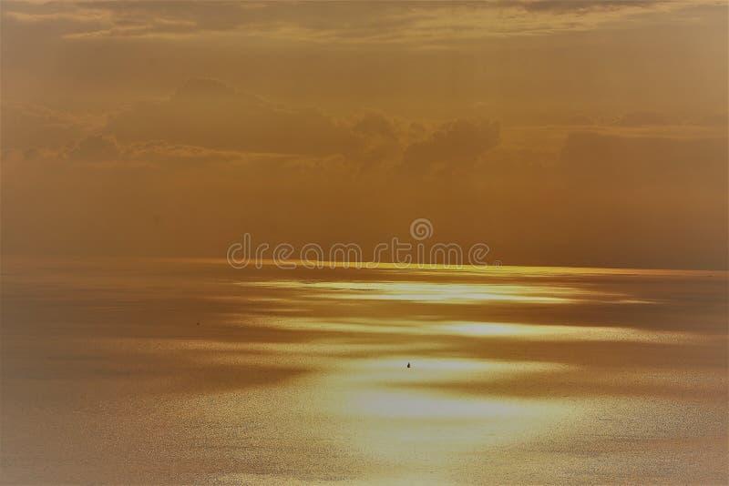 Reflexão de Sun no lago da laca Leman de Genebra imagens de stock royalty free