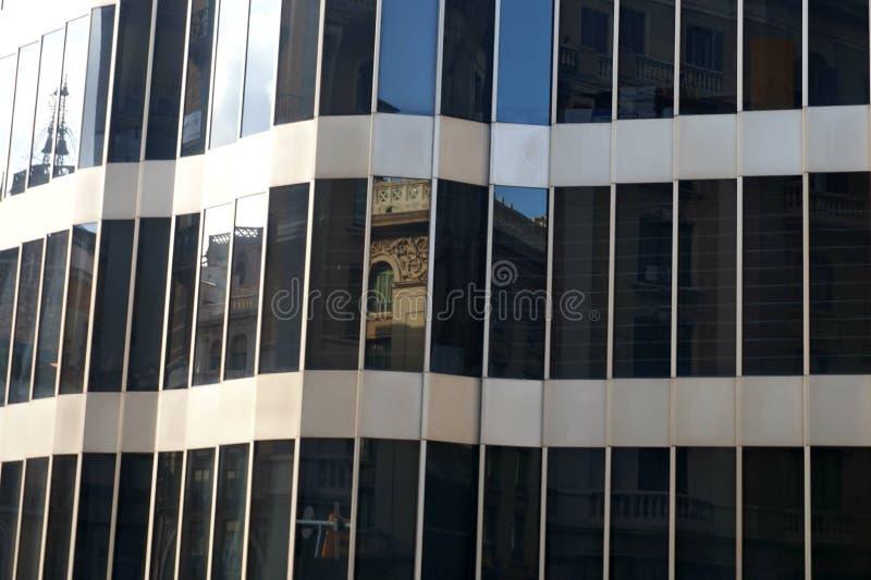 Reflexão de uma construção velha na fachada de vidro de uma casa moderna imagem de stock royalty free