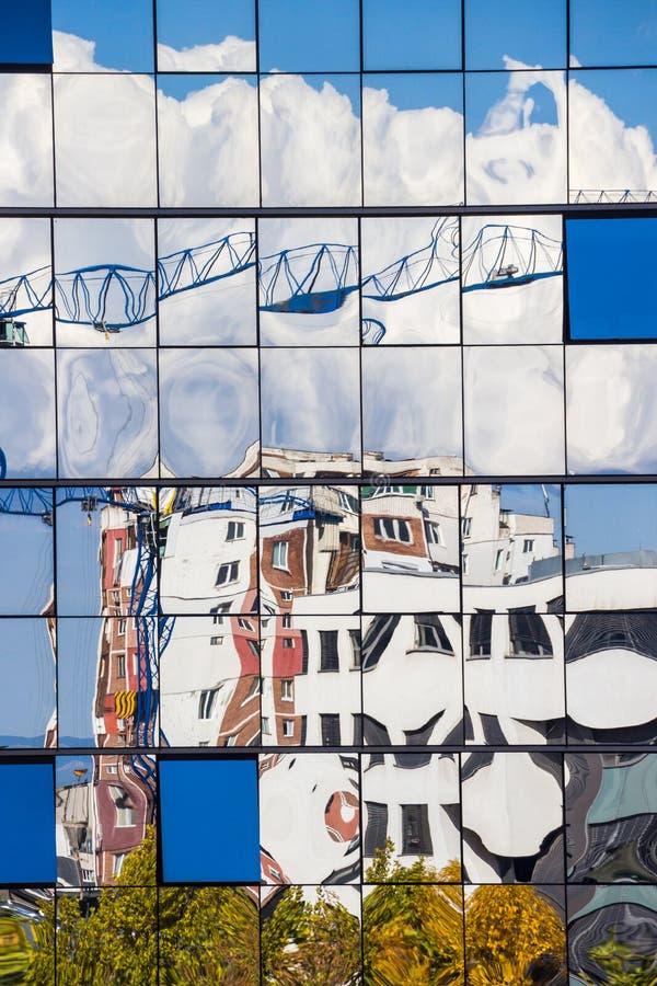 Reflexão distorcida da janela de vidro de um prédio de escritórios em Sófia, Bulgária fotografia de stock royalty free