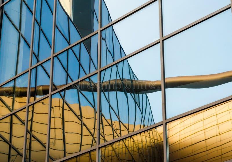 Reflexão distorcida de uma construção amarela na janela espelhada fotos de stock royalty free