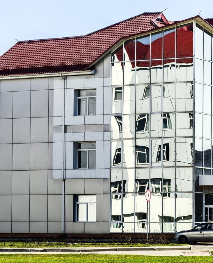 Reflexão distorcida nas janelas de uma construção moderna imagem de stock